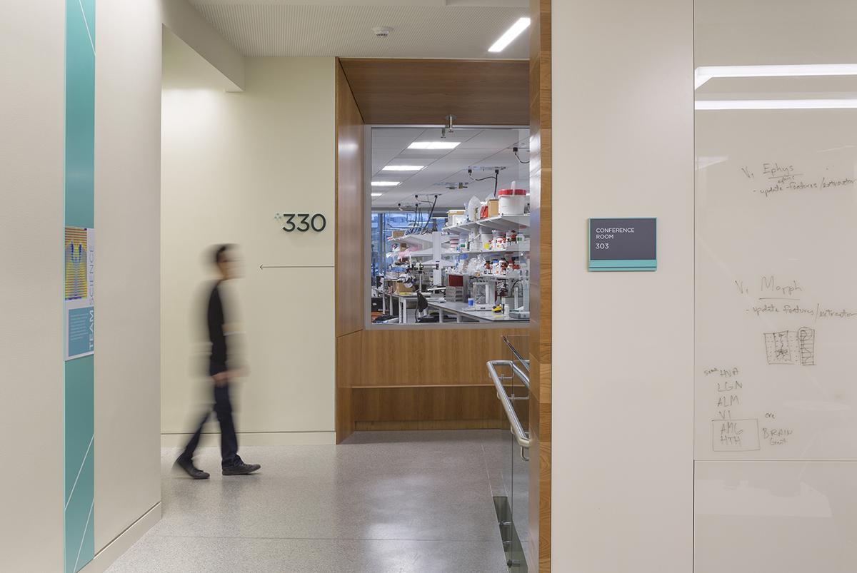 艾伦研究所办公室环境图形设计 © Studio SC
