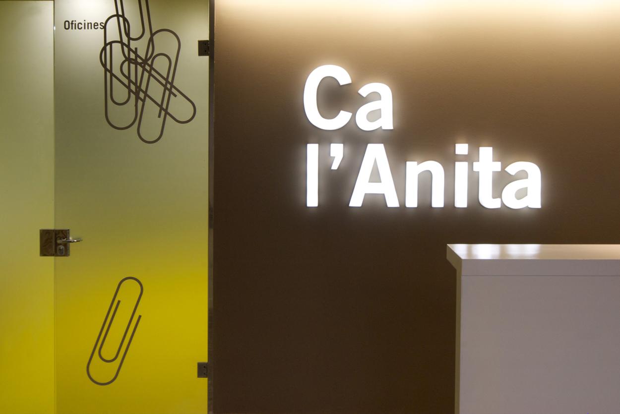 Ca l'Anita导视及图形设计 © Estudi Conrad Torras