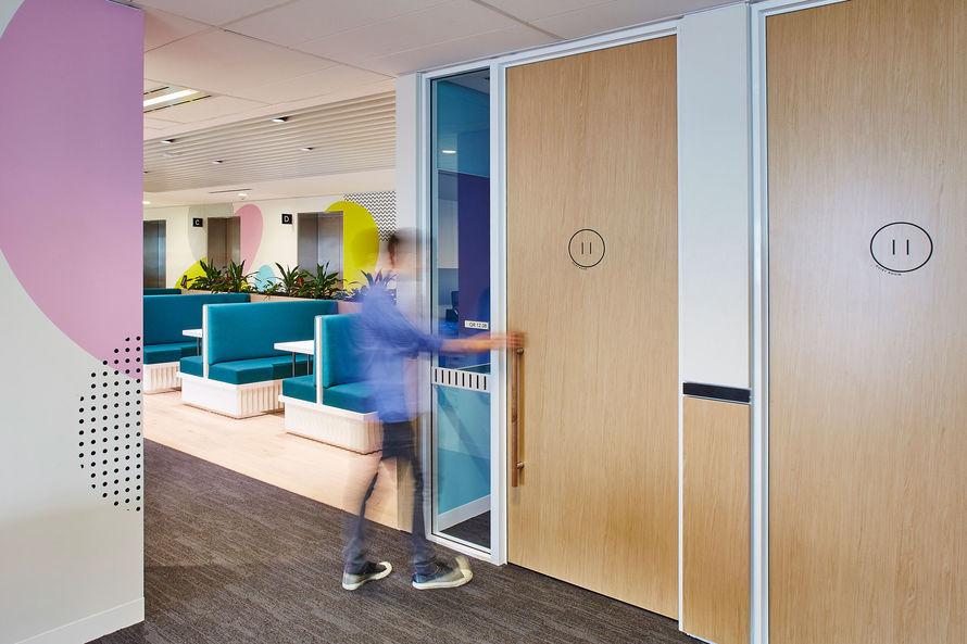 新南威尔士州水务公司办公室环境图形设计 © Frost*collective