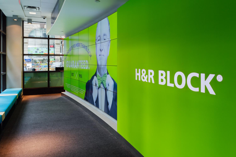 H&R Block 纽约时代广场旗舰店环境图形设计©Willoughby & KEM Studio