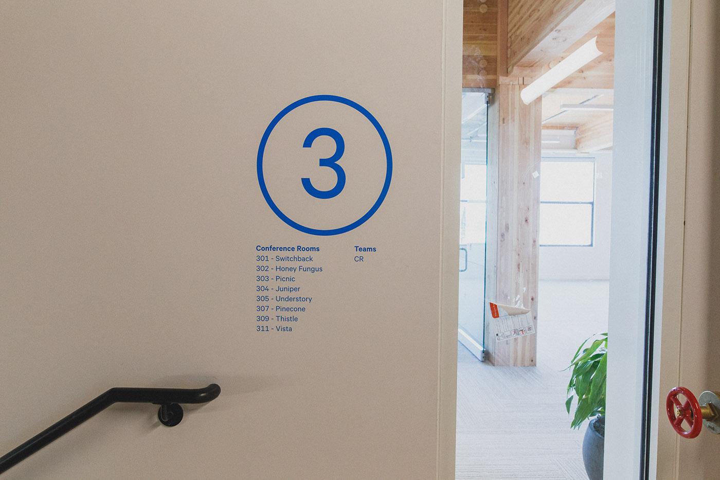 Simple新总部环境图形设计©Jeff Walls