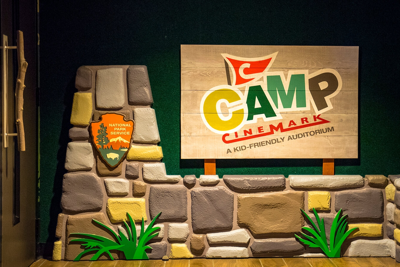 Camp Cinemark 交互式着色墙设计© Dimensional Innovation