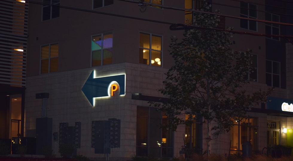 Cielo公寓大楼标识设计© CAS Austin