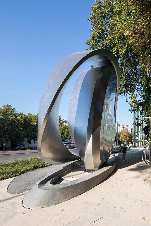 一个雕塑广告牌,design © zaha hadid design