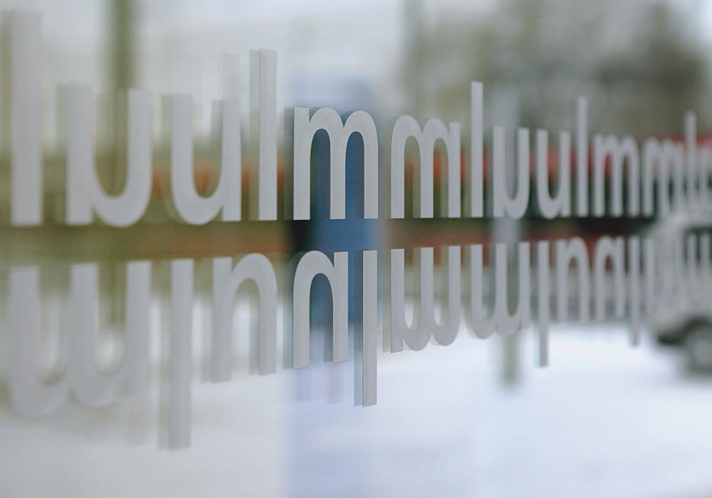 乌尔姆市公民服务中心导视设计©Braun Engels Gestaltung
